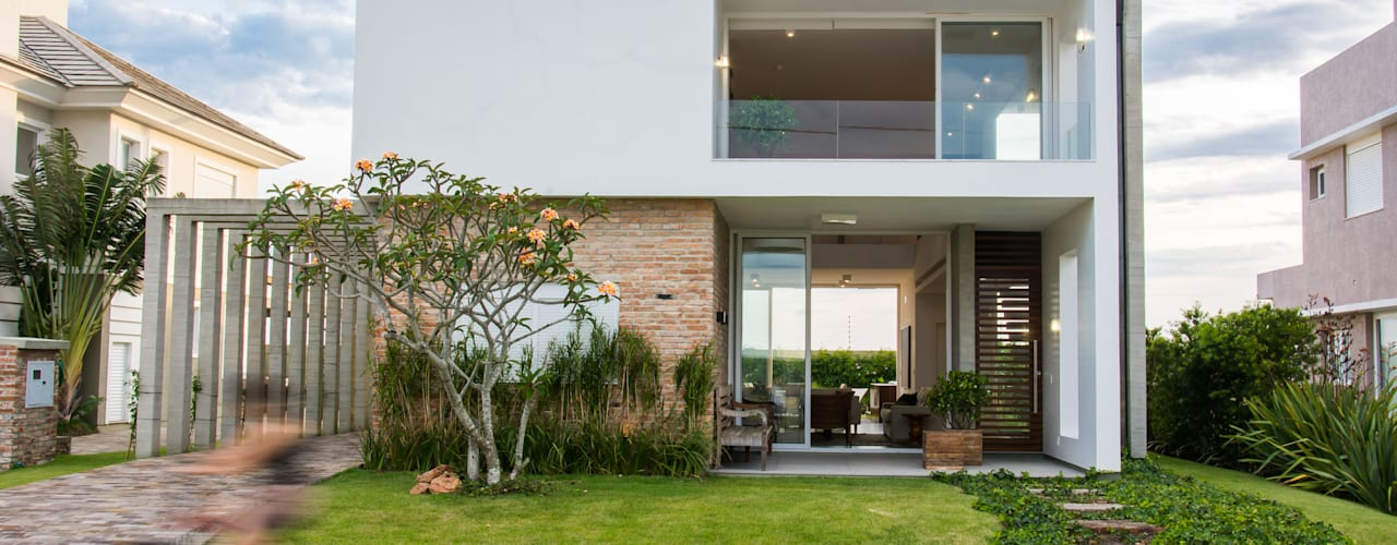 Modern houses by SBARDELOTTO ARQUITETURA Modern