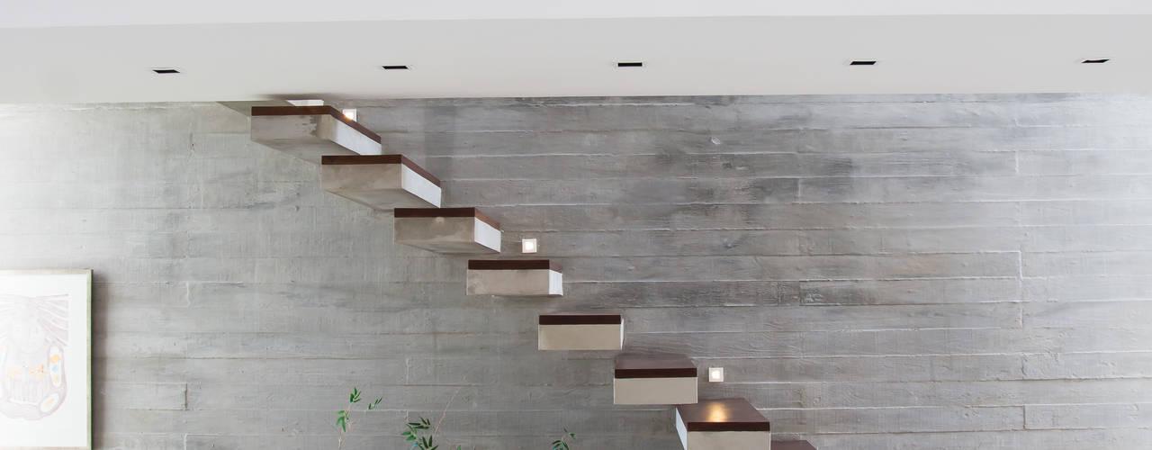 Corredores, halls e escadas modernos por SBARDELOTTO ARQUITETURA Moderno