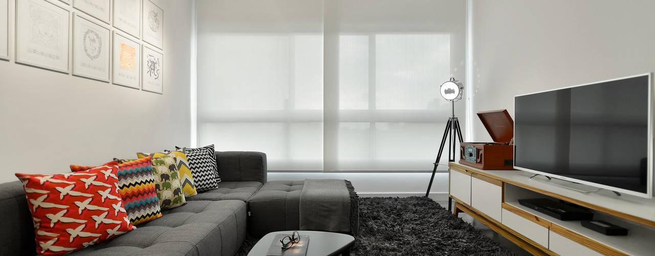 Apartamento Publicitária: Salas de estar  por Johnny Thomsen Design de Interiores