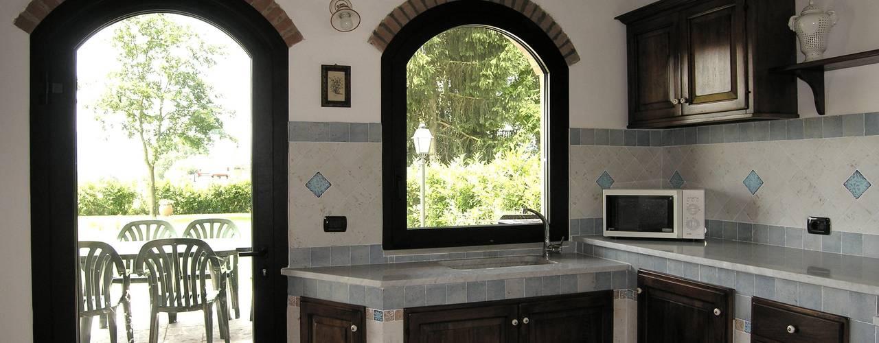 Кухня в рустикальном стиле от Studio Tecnico MB architettura Рустикальный