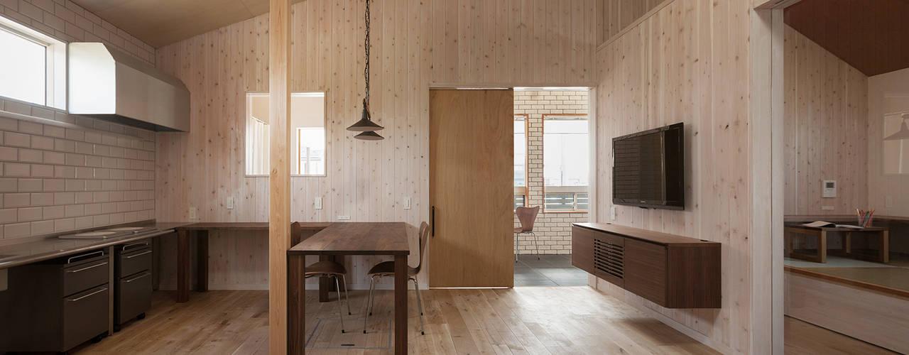 近江八幡の家(車椅子生活者のための平屋住宅): タクタク/クニヤス建築設計が手掛けたリビングです。,モダン