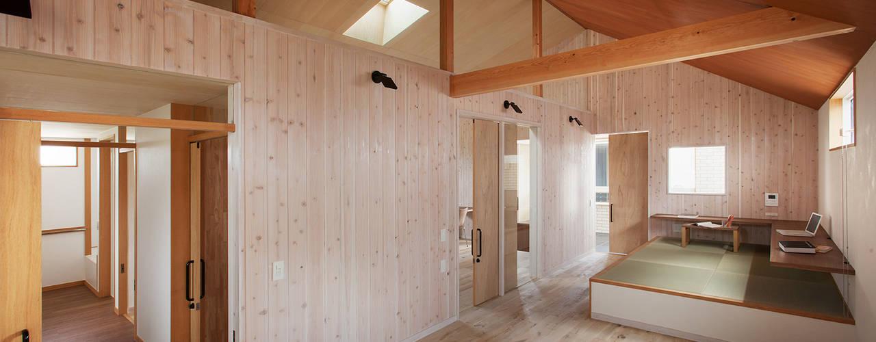 现代客厅設計點子、靈感 & 圖片 根據 タクタク/クニヤス建築設計 現代風
