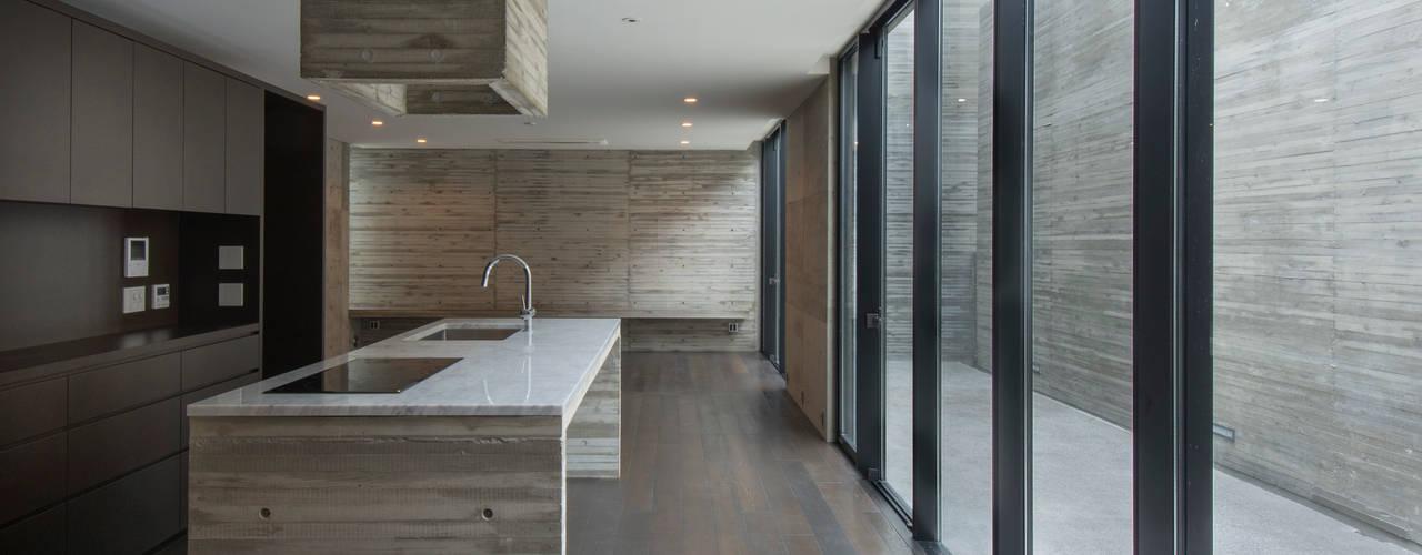 代官山の住宅 / 井上洋介建築研究所: 井上洋介建築研究所が手掛けたテラス・ベランダです。