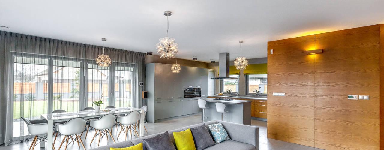 Dom w szarościach: styl , w kategorii Salon zaprojektowany przez COCO Pracownia projektowania wnętrz