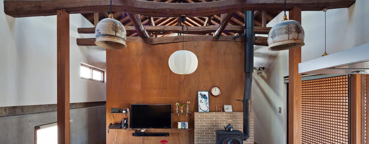 築100年を超える雨屋の改修: STUDIO POHが手掛けたリビングです。,クラシック