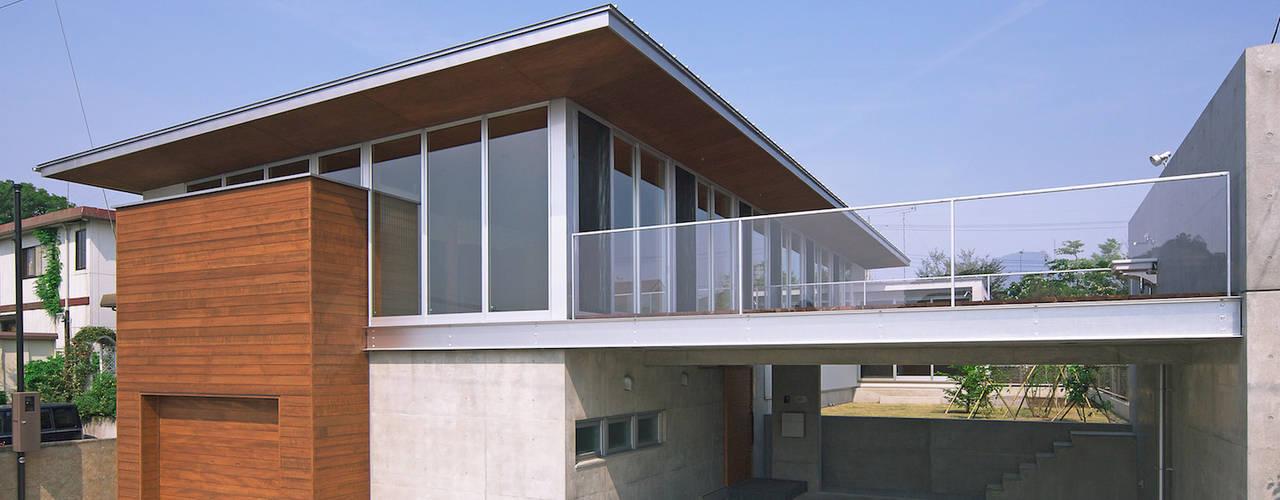 河岸段丘にたつ住まい: STUDIO POHが手掛けた家です。