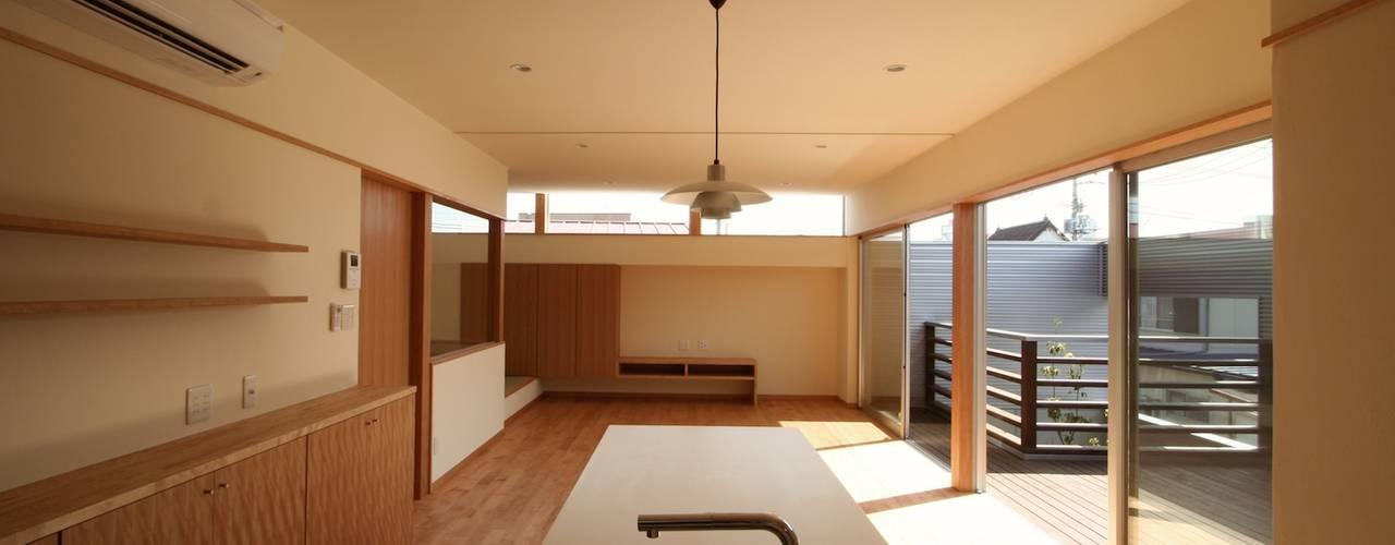 2階に緑のある都市型住居 モダンデザインの ダイニング の STUDIO POH モダン