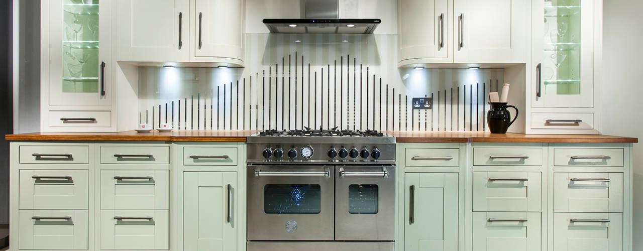 Tradition with stripey glass splashback: classic Kitchen by Intoto Kitchens Salisbury