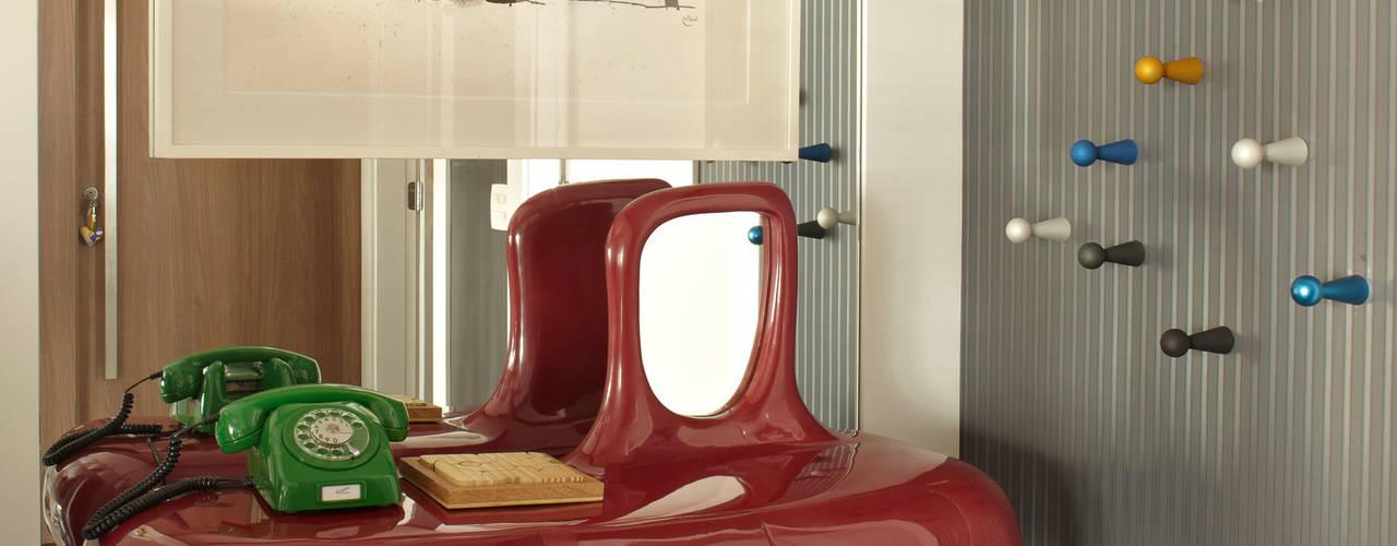 Pasillos y vestíbulos de estilo  por Lovisaro Arquitetura e Design,