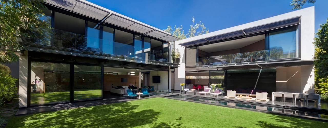 Casa Dalias Balcones y terrazas minimalistas de grupoarquitectura Minimalista