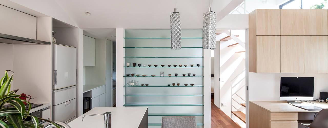 緑あふれるアトリエのある家: 設計事務所アーキプレイスが手掛けたダイニングです。