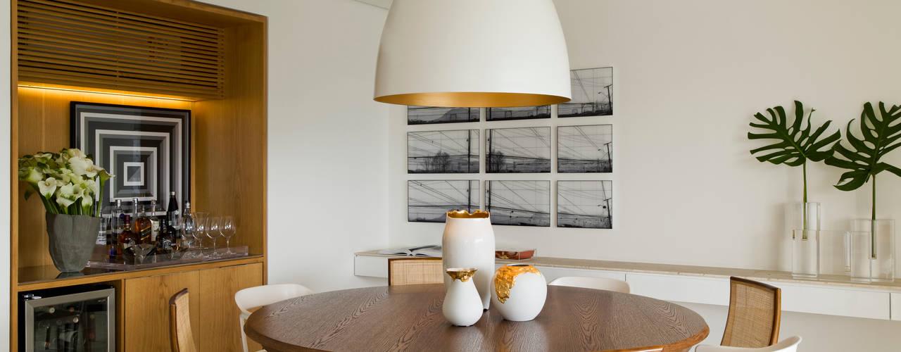 Столовые комнаты в . Автор – DIEGO REVOLLO ARQUITETURA S/S LTDA.,