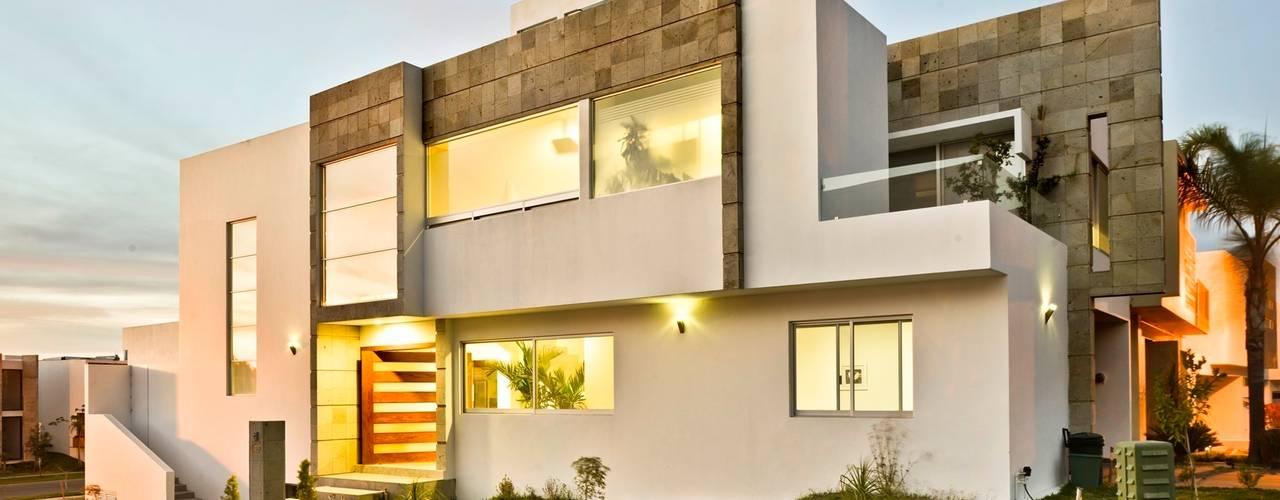 Casa NB: Villas de estilo  por Excelencia en Diseño,