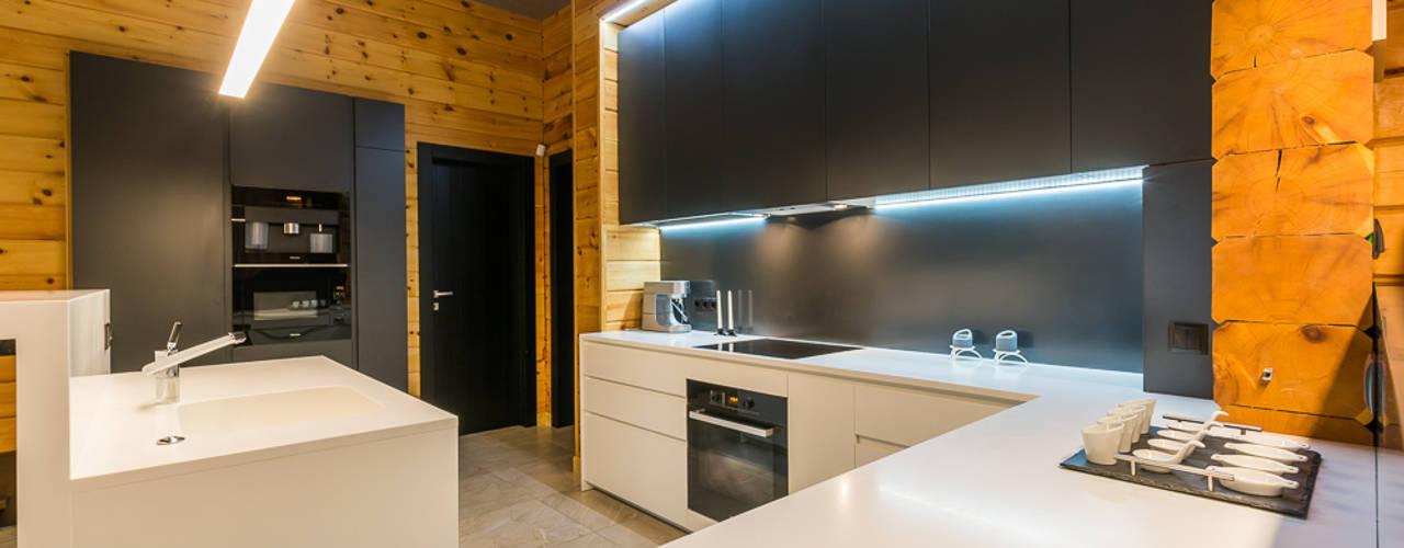Минимализм в деревянном доме: Кухни в . Автор – Галерея интерьеров 'Angelica Marzoeva'