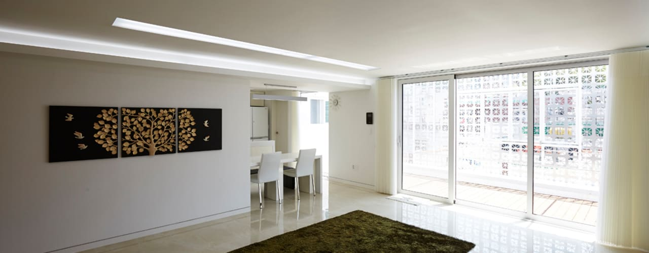 Lotus Haus : 스마트건축사사무소의  거실,모던