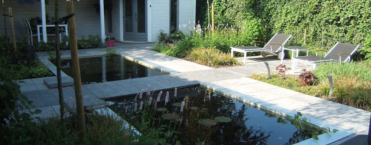 Klein achtertuin met grote waterpartij Moderne tuinen van Bladgoud-tuinen Modern