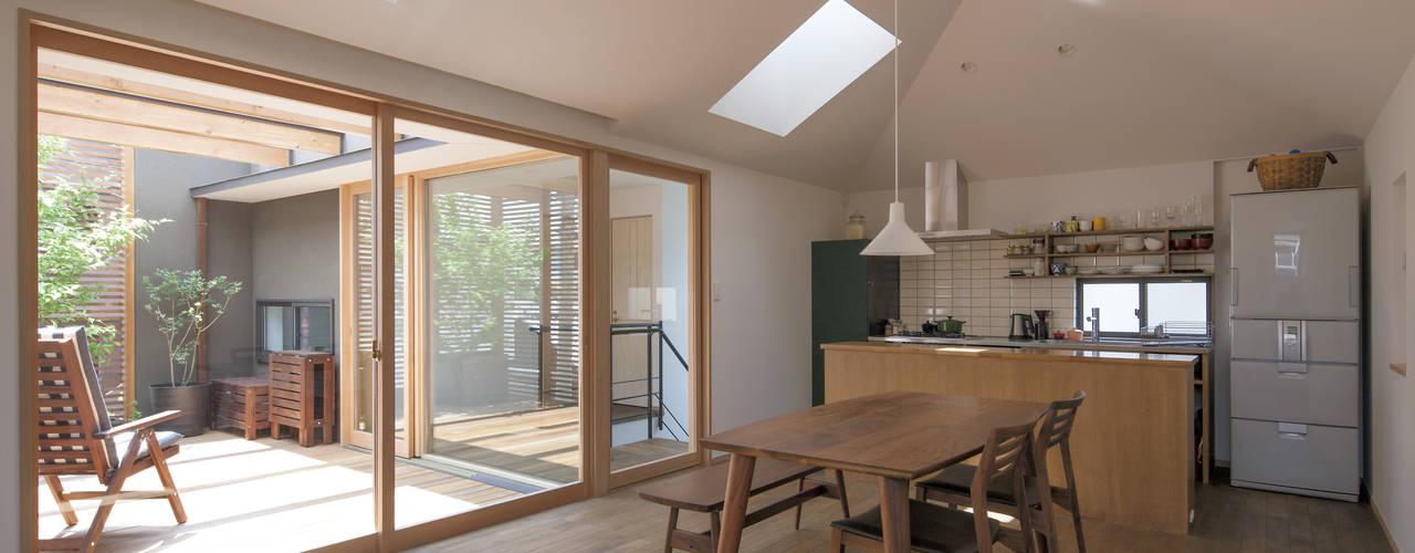 岡本の家: アトリエ・ブリコラージュ一級建築士事務所が手掛けたリビングです。