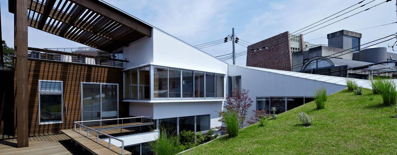 Spiral roof 工藤宏仁建築設計事務所 Modern style balcony, porch & terrace