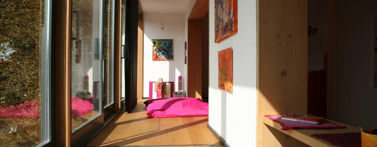 Projekty,  Pokój dziecięcy zaprojektowane przez Architekturbüro Kirchmair + Meierhofer