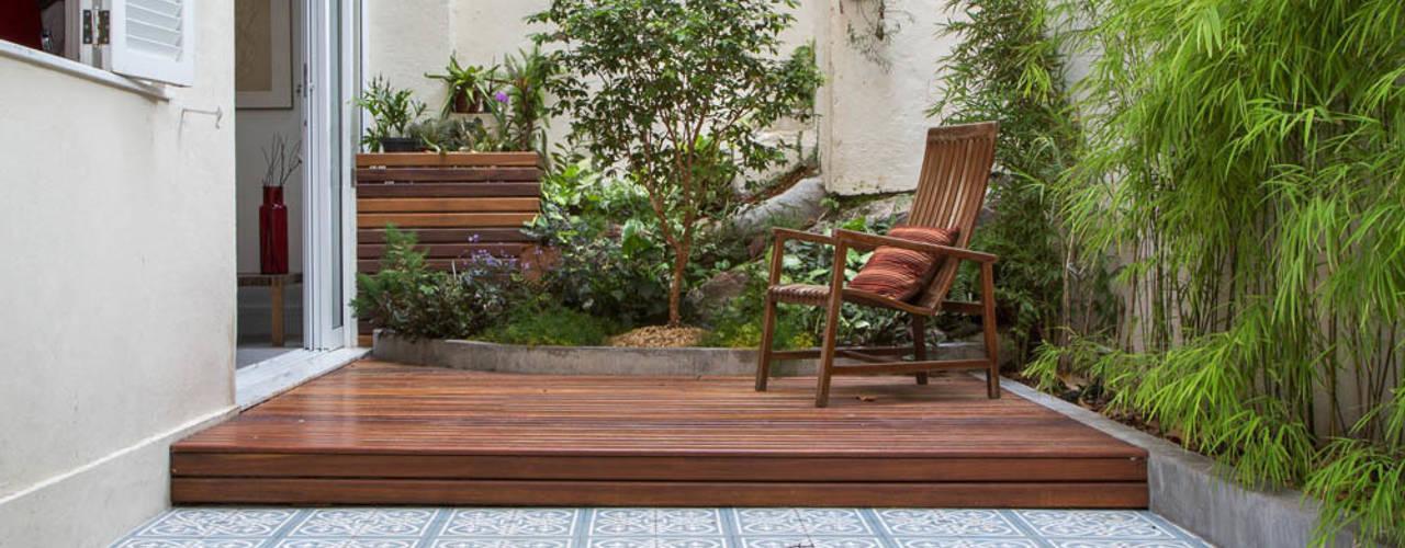 Hiên, sân thượng phong cách hiện đại bởi Raquel Junqueira Arquitetura Hiện đại