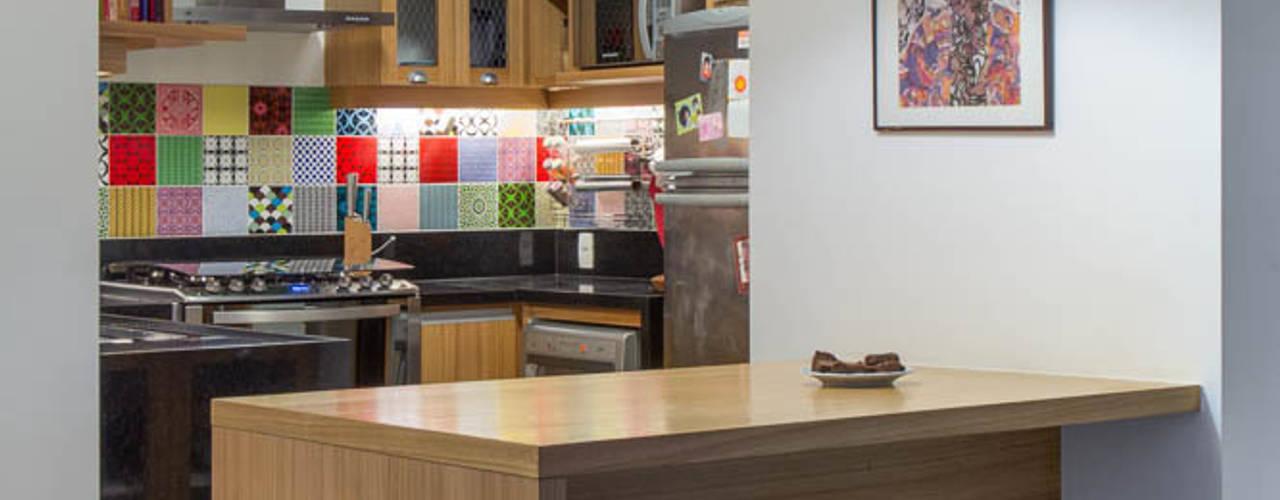 Cucina moderna di Raquel Junqueira Arquitetura Moderno