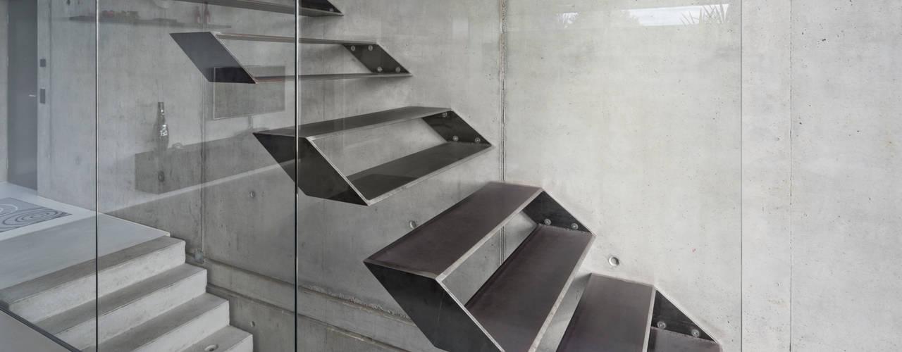 Pasillos y vestíbulos de estilo  por Schiller Architektur BDA