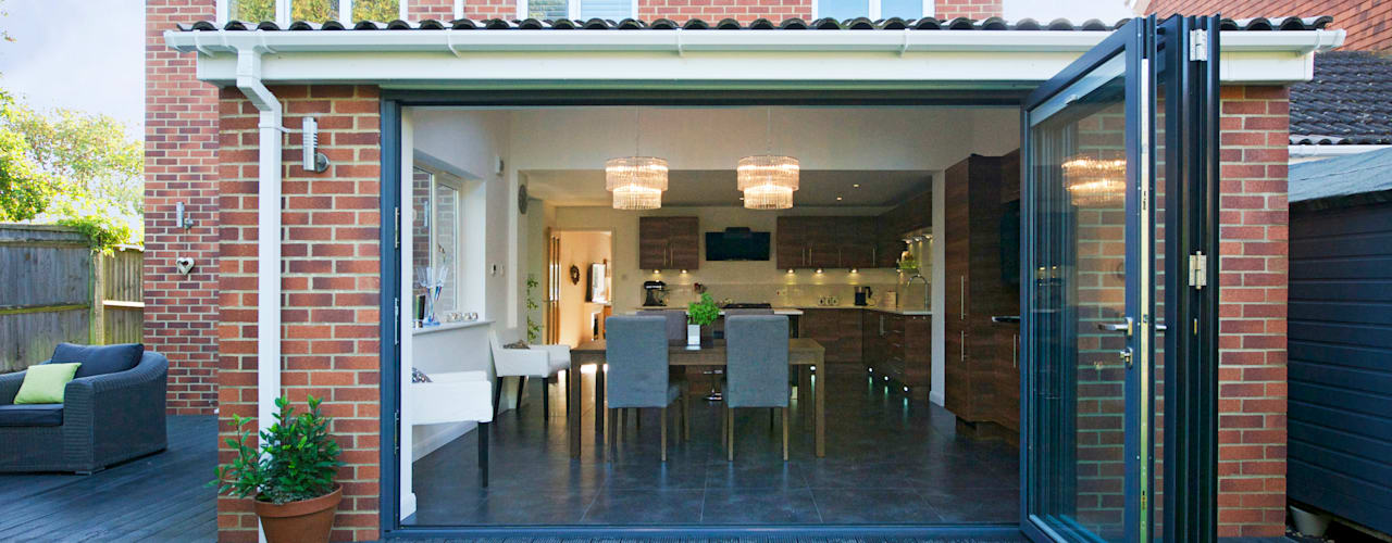 Kitchen Extension with Bi Folding Doors Portas e janelas modernas por ROCOCO Moderno