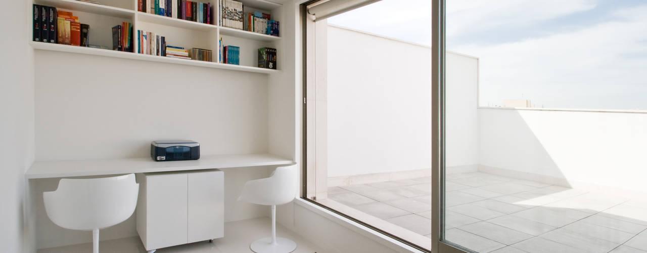 Apartamento no Porto - Portugal Cláudio Vilarinho Arquitectura e Design Lda Espaços de trabalho minimalistas