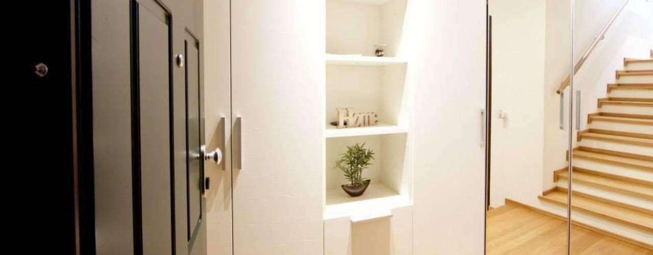 La casa di Valentina: Ingresso & Corridoio in stile  di Modularis Progettazione e Arredo