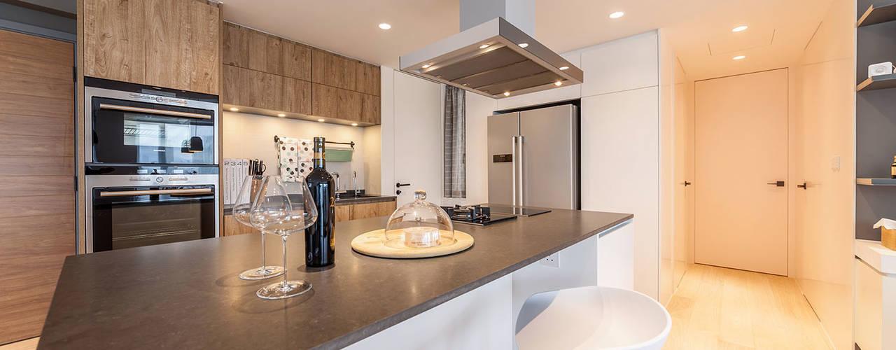 Nhà bếp phong cách tối giản bởi arctitudesign Tối giản