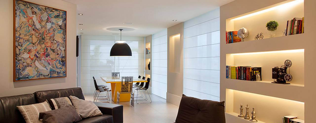 Salas de entretenimiento de estilo  por Cadore Arquitetura