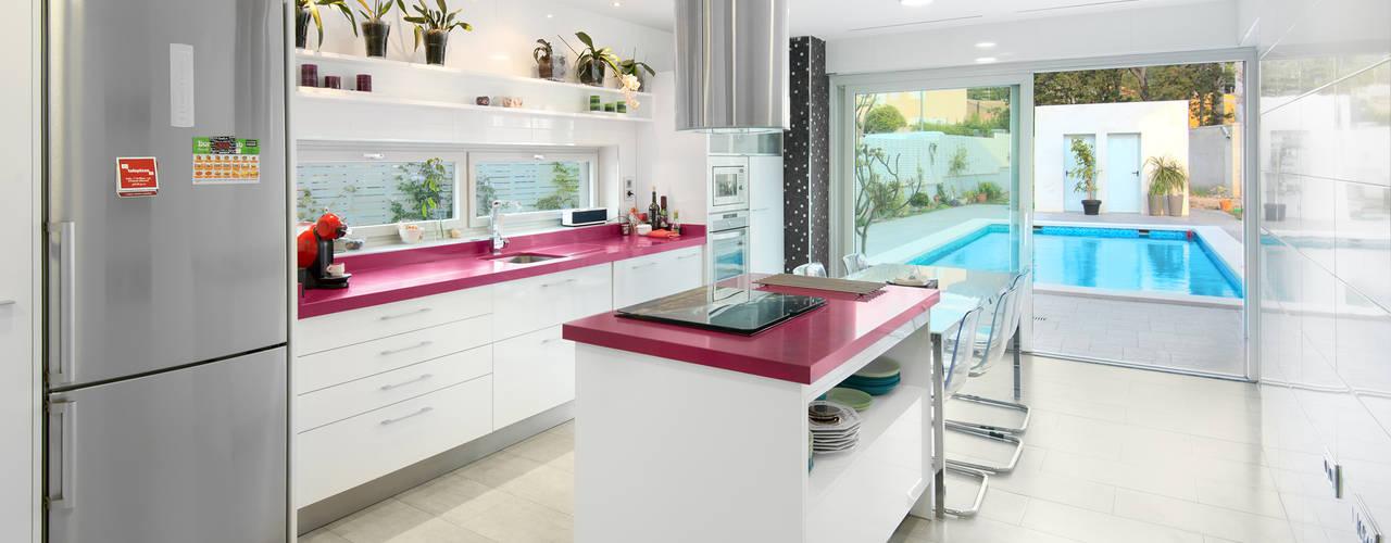 Minimalistyczna kuchnia od TOV.ARQ Estudio de Arquitectura y Urbanismo Minimalistyczny