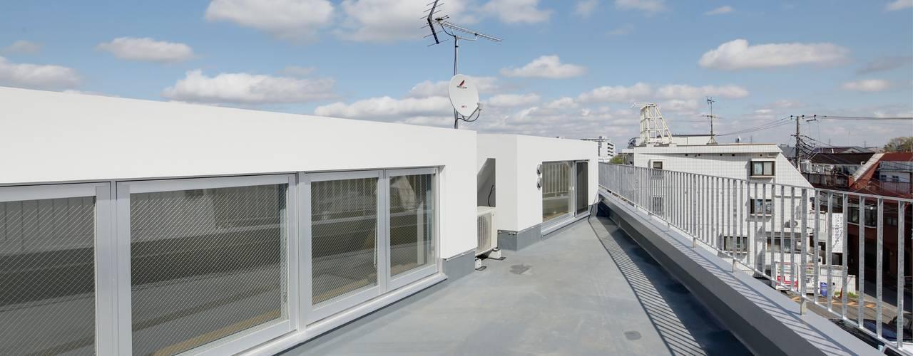 酒楽和華 清乃: 仲摩邦彦建築設計事務所 / Nakama Kunihiko Architectsが手掛けたテラス・ベランダです。,モダン