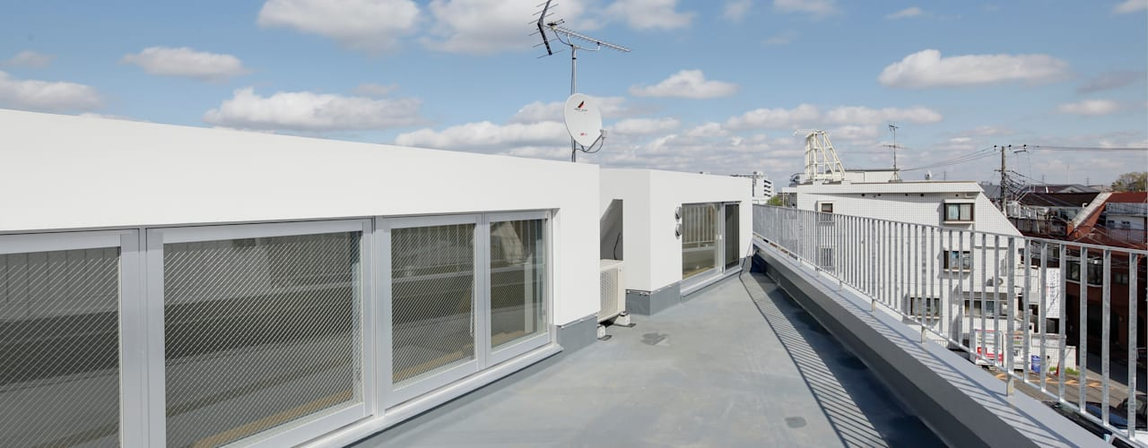 Modern balcony, veranda & terrace by 仲摩邦彦建築設計事務所 / Nakama Kunihiko Architects Modern