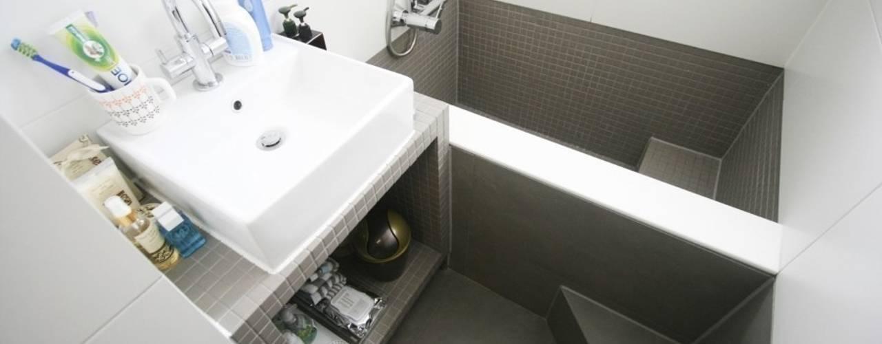 Baños modernos de 홍예디자인 Moderno