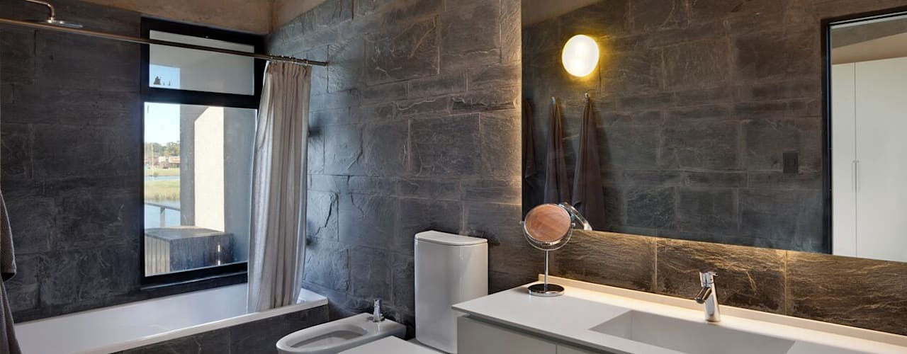 Baños de estilo moderno de Ruben Valdemarin Arquitecto