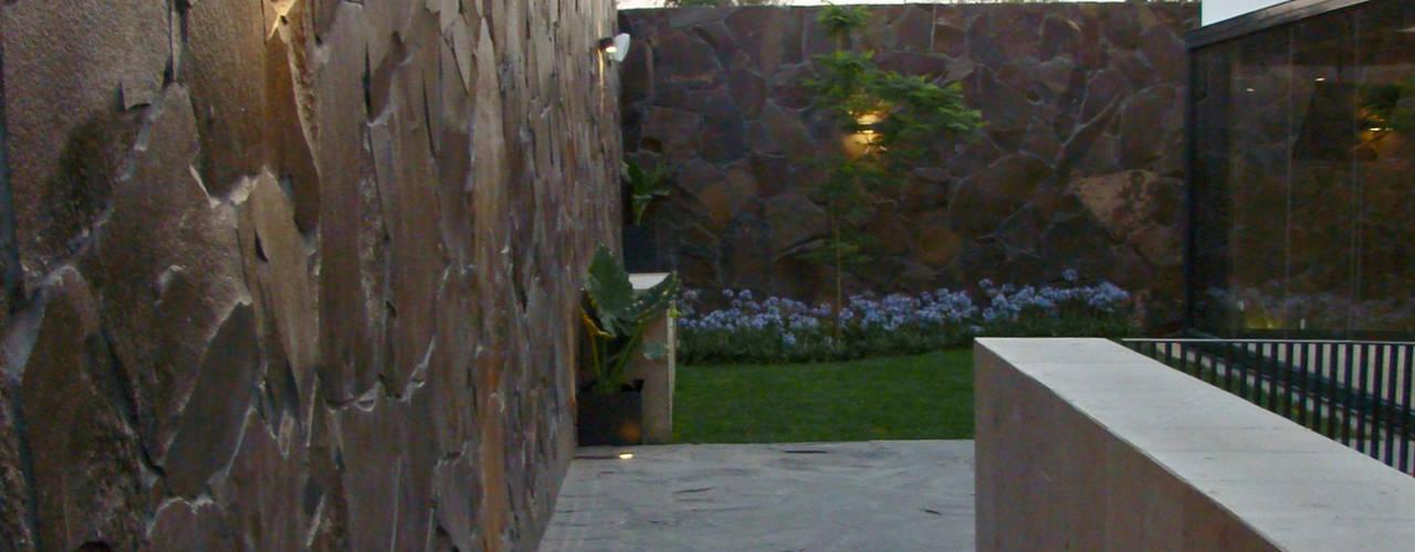 Casa M+M Paredes y pisos de estilo minimalista de Forma Taller Minimalista