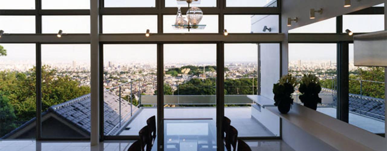 六麓荘の家: 大塚高史建築設計事務所が手掛けたテラス・ベランダです。