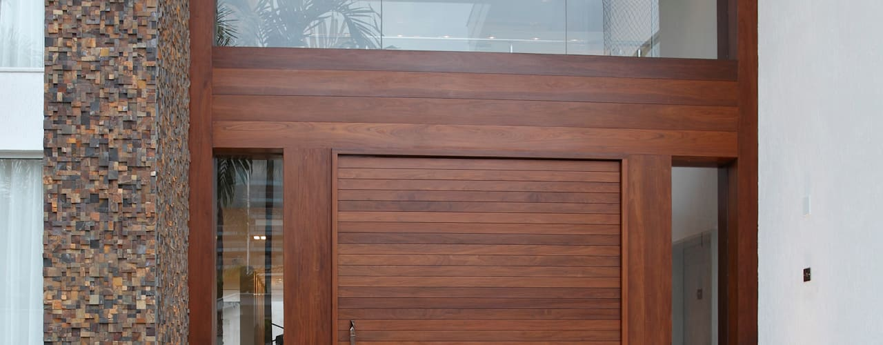 Front doors by Arquitetura e Interior,