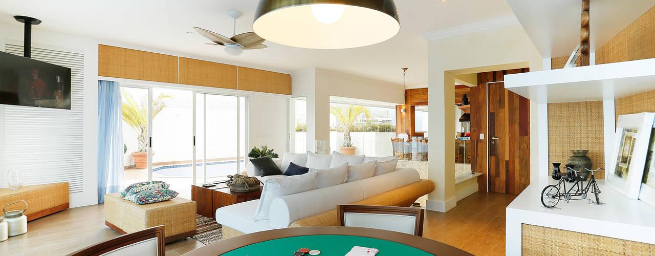 Salones tropicales de Mayra Lopes Arquitetura | Interiores Tropical