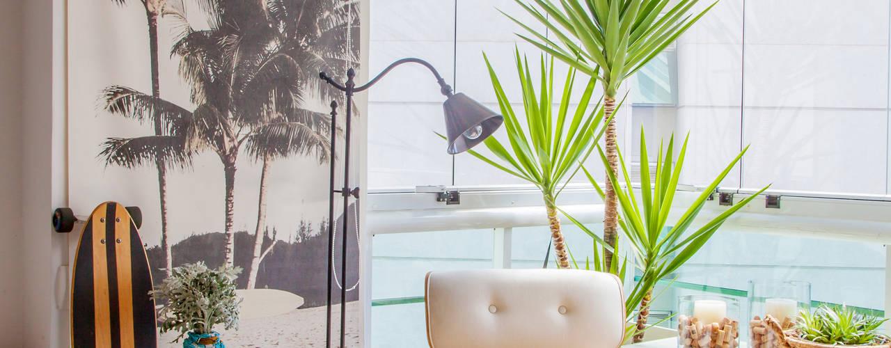 Salas de estilo tropical de Helô Marques Associados Tropical