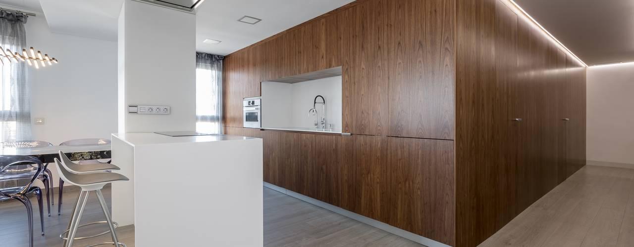 Vivienda de la Caja de Nogal Cocinas de estilo minimalista de LLIBERÓS SALVADOR Arquitectos Minimalista