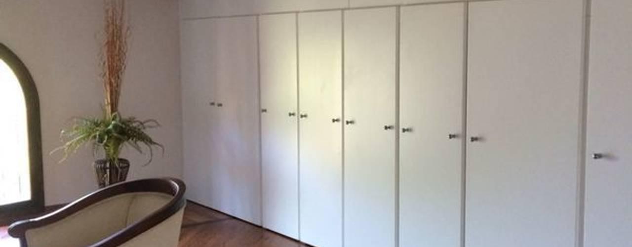 Minimalistyczna garderoba od Anna Leone Architetto Home Stager Minimalistyczny