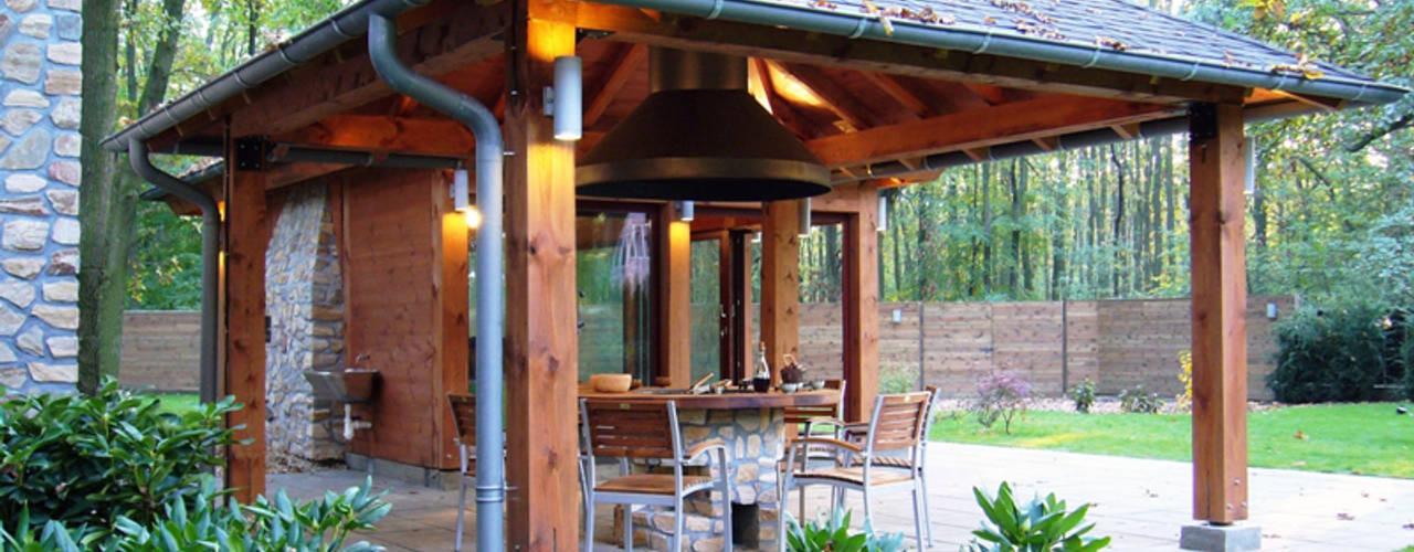 Ogród leśny wkomponowany w stare dęby: styl , w kategorii  zaprojektowany przez JM STUDIO ARCHITEKTONICZNE