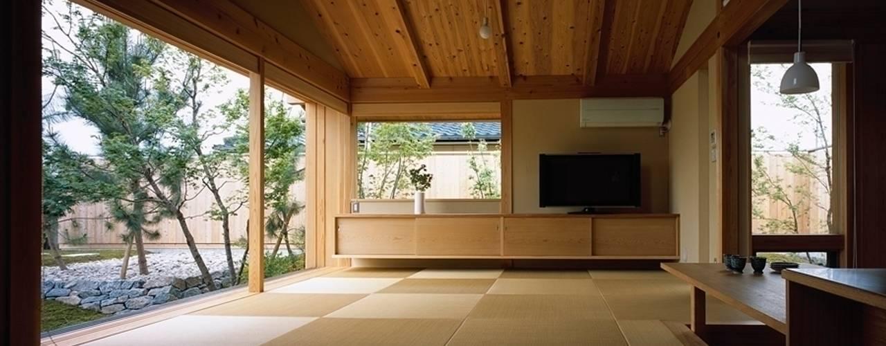 庭つくりの家: 神谷建築スタジオが手掛けたリビングです。,オリジナル