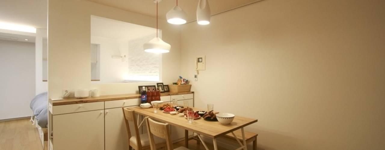 Sala da pranzo moderna di 홍예디자인 Moderno