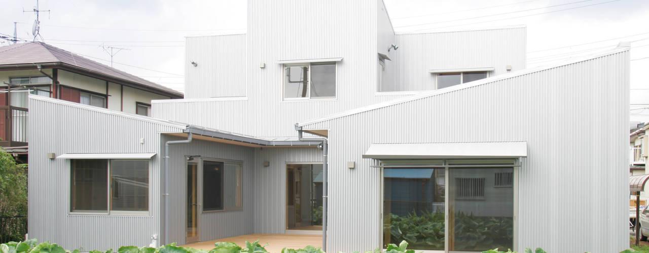 3つのテラスが自然を採り入れる、中庭が景色をつなぐ家: M設計工房が手掛けた家です。,モダン