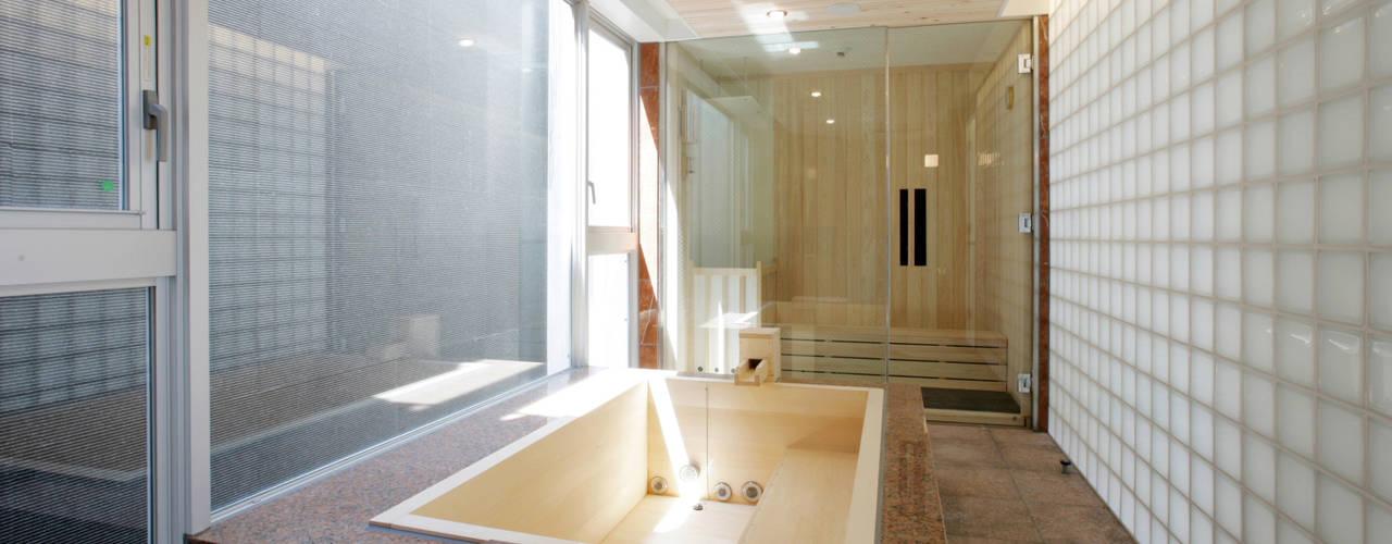 公園を臨む家: Egawa Architectural Studioが手掛けた浴室です。