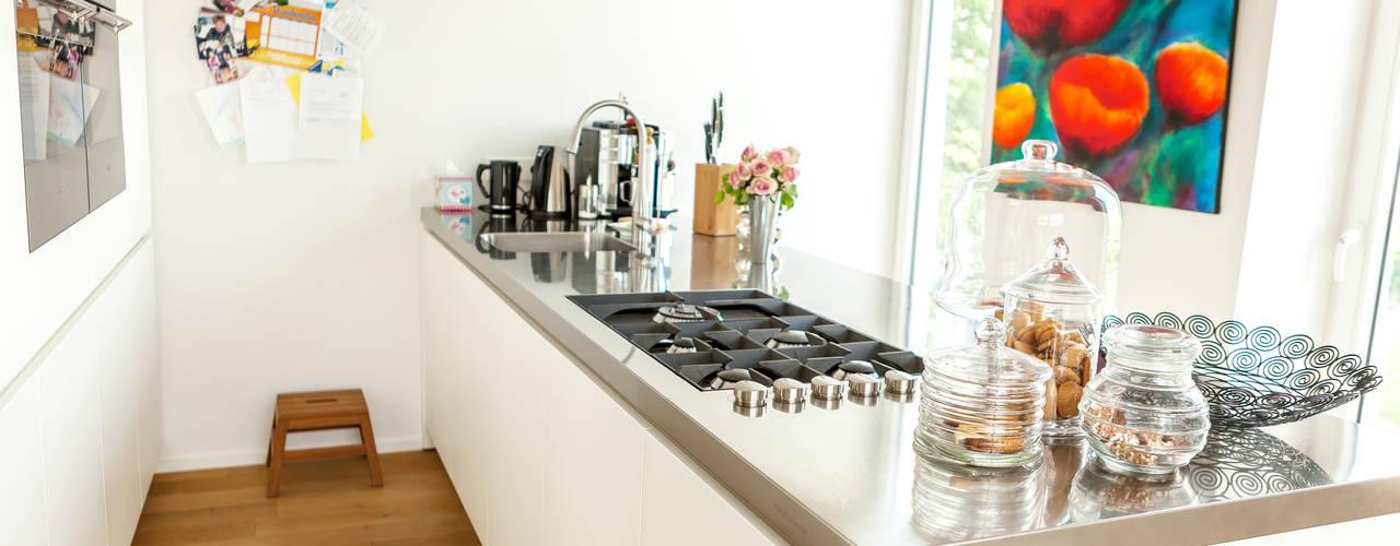 Modern style kitchen by raumatmosphäre pantanella Modern