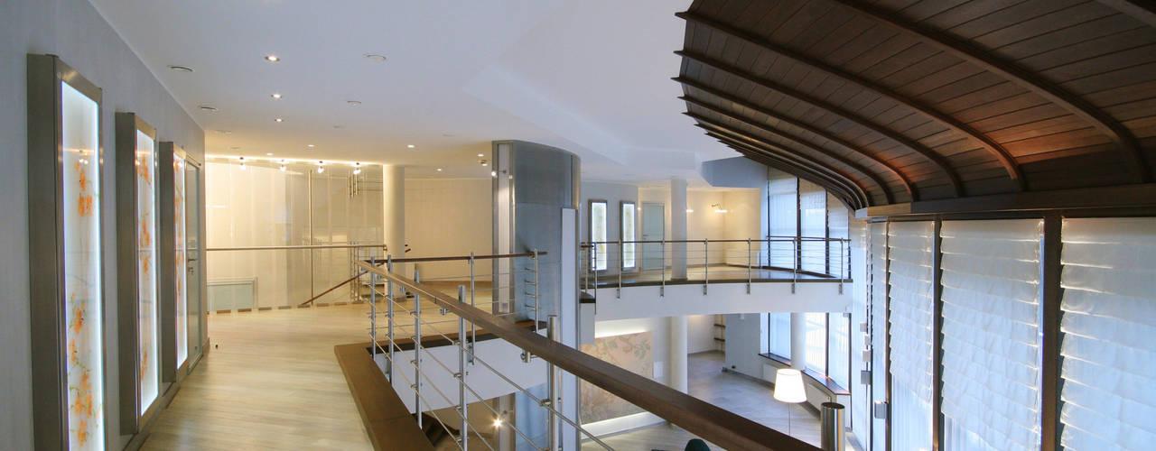 Галерея на втором этаже Коридор, прихожая и лестница в стиле минимализм от ORT-interiors Минимализм